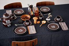 Gedeckter Tisch mit Porzellan in Brauntönen