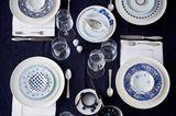 Gedeckter Tisch mit Porzellan in Weiß- und Blautönen