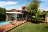 Terrasse aus Holz mit Swimming Pool und Glasabtrennung