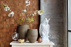 Natürlich einrichten und dekorieren mit Vasen aus Glas und Holz