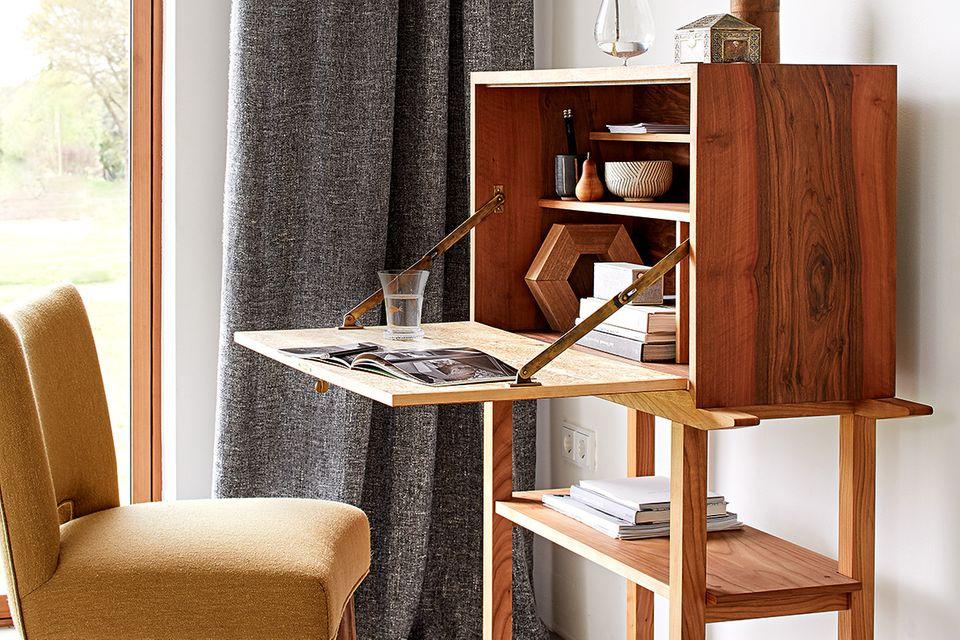 Sekretär und Stuhl: Formvollendung aus massivem Holz