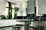 Küche mit hochglänzenden Kasettenfronten