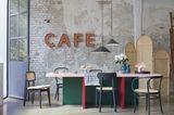 Esszimmer mit Stühlen und Raumteiler in Wiener Geflecht