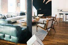 Wohnzimmer in einem Loft mit offener Backsteinwand