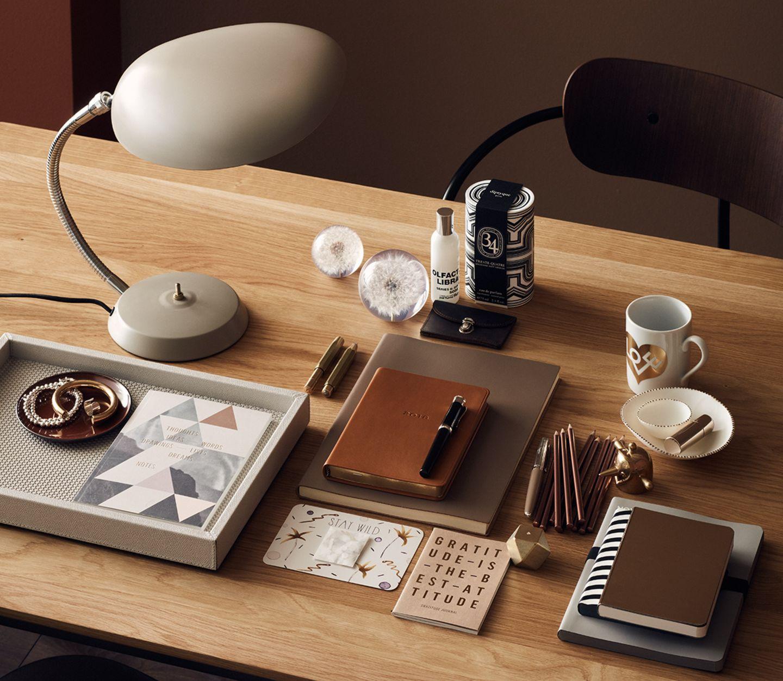 Wohnen in Brauntönen - erdige Farben auf einem Schreibtisch