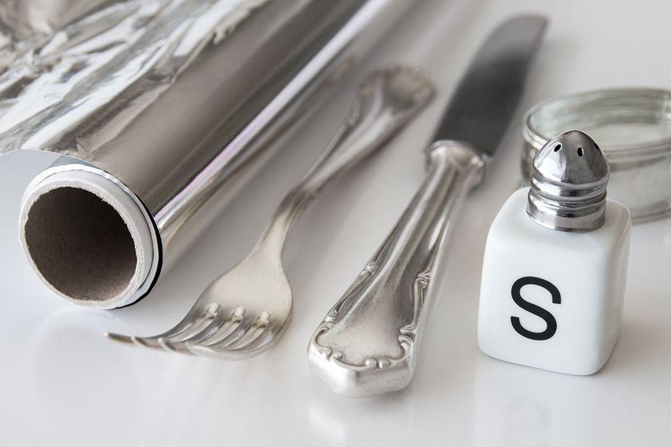 Silber reinigen – mit Alufolie, Salz und heißem Wasser