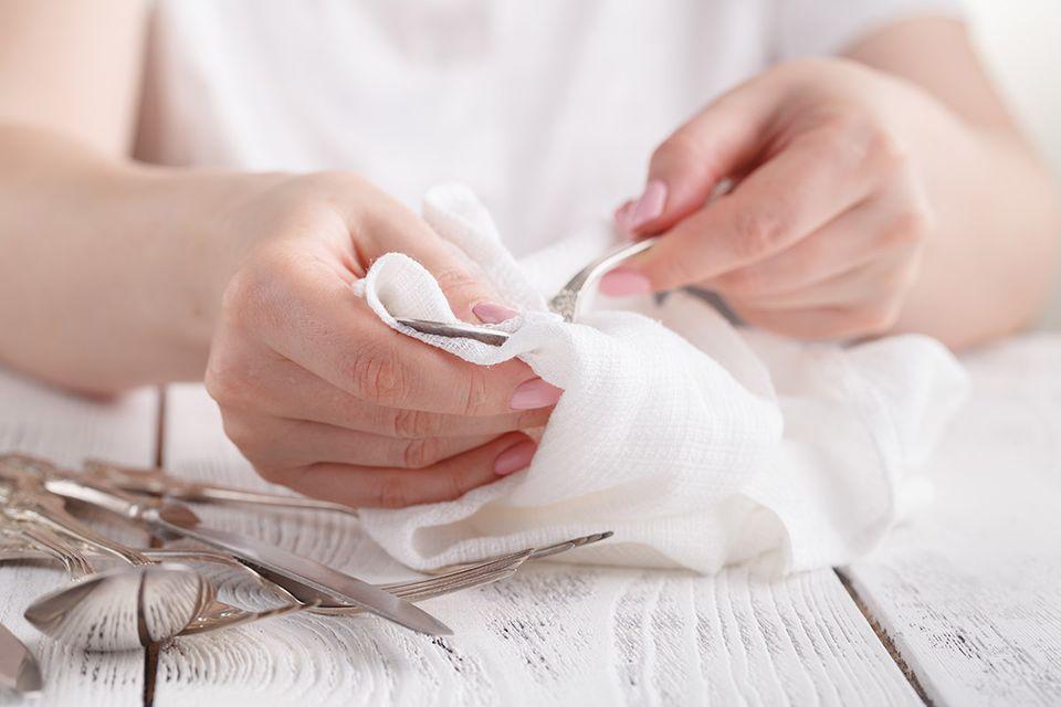 Polieren und trocknen Sie Silber nach dem Reinigen stets mit einem weichen Tuch