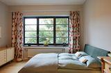 Schlafzimmer mit Sprossenfenstern
