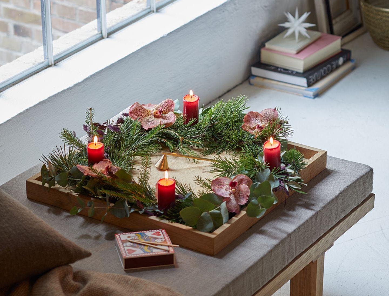 Klassischer Adventskranz aus Tannenzweigen und Eukalyptus und roten Kerzen