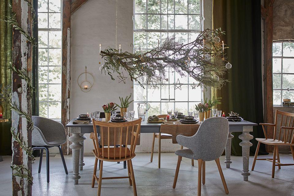 Gedeckte Weihnachtstafel mit dekorativem Zweig