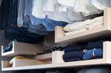 Kleiderschrank mit nach Farbe sortierter Kleidung
