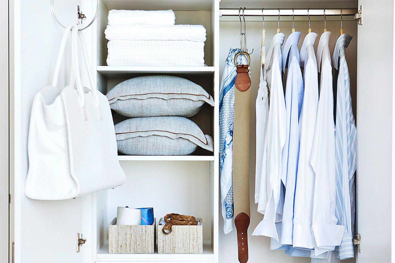 Schlafzimmerschrank mit Kleidung, Kissen und Kästen