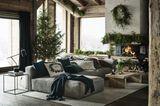 Weihnachten mit Hütten-Romantik - dekoriertes Wohnzimmer mit offener Feuerstelle