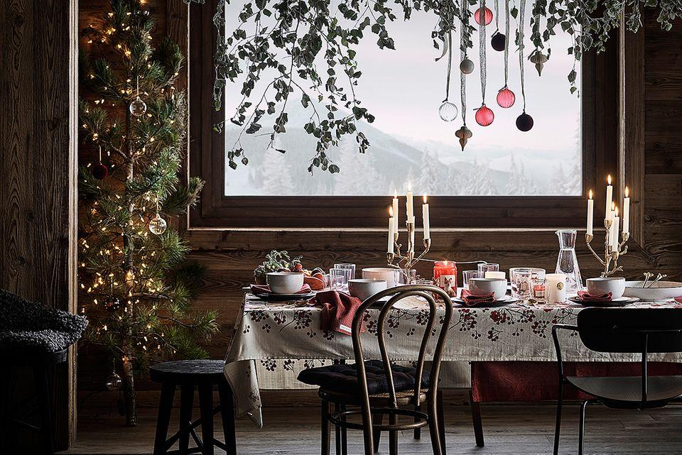 Weihnachten mit Hütten-Romantik - gedeckter Tisch und dekorierte Zweige