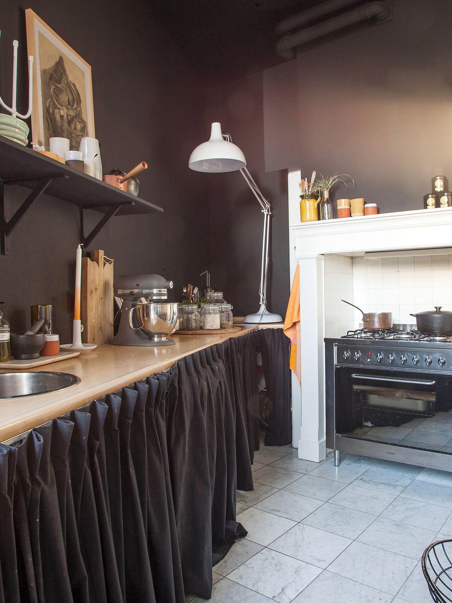 Küche ist in dunklen Tönen gehalten