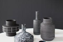 Gemusterte Vasen in Schwarz-weiß
