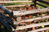 Kompost anlegen mit Holzstämmen