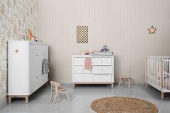 Kindermöbel im Babyzimmer mit gedeckten Wandfarben