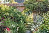 Wall Garden. Durchgang in den Barn Garden und Sunk Garden