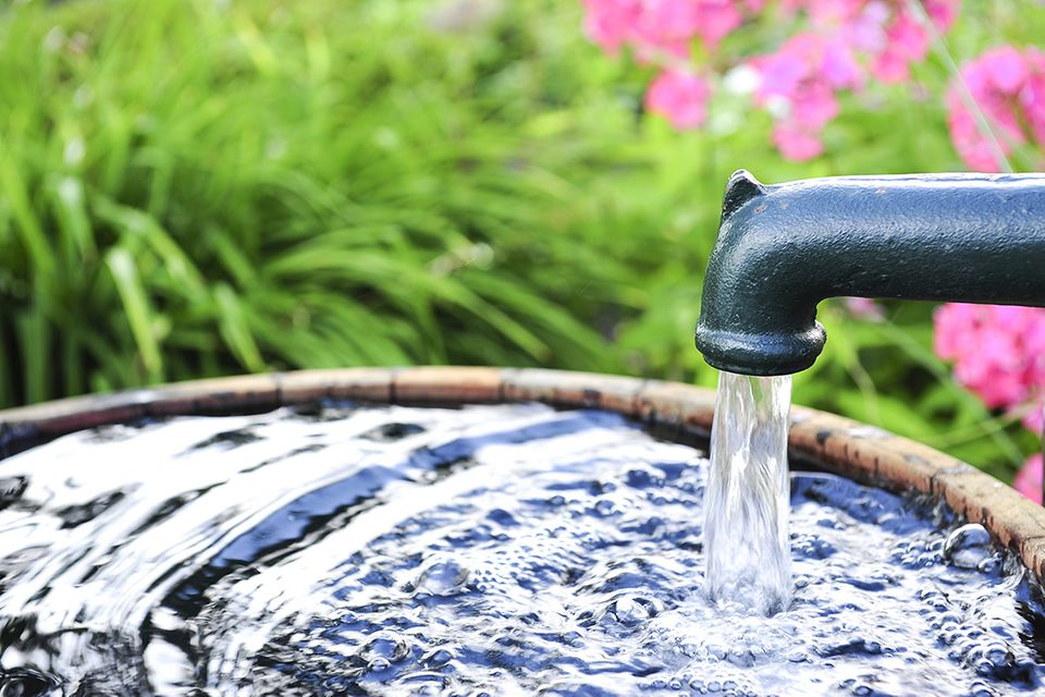 Brunnen bohren: Schwengelpumpe mit Wasserbecken