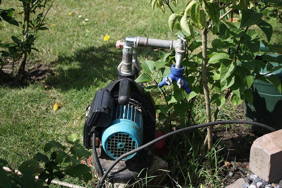 Brunnen bohren - eine elektrische Saugpumpe