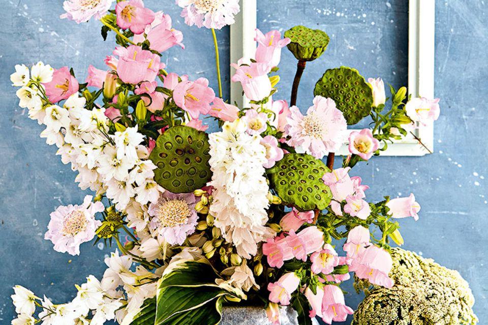 Bischofskraut, Lotos-Samenstände, Skabiosen, GLockenblumen, Blumenstrauß