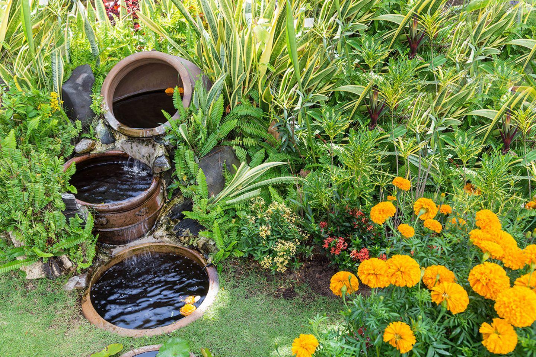 Mit Wasser gefüllte Gefäße im Boden