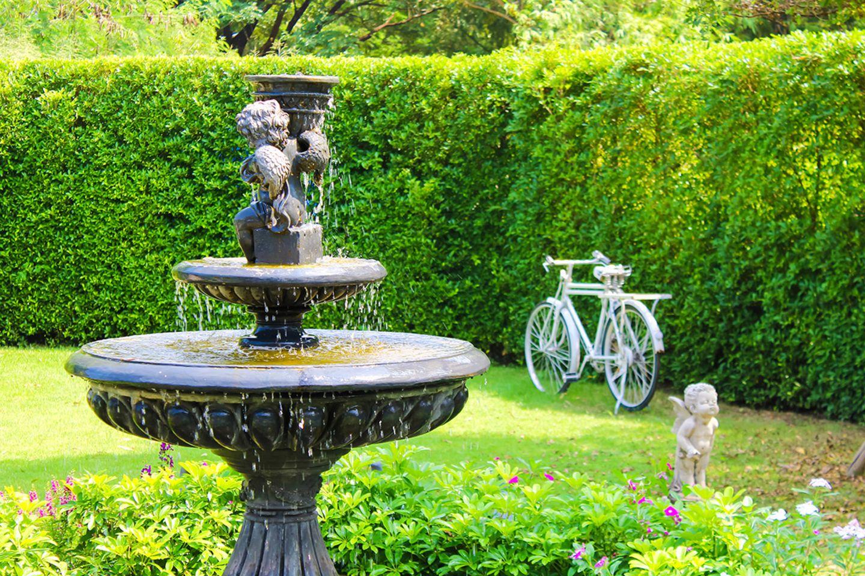 Kleiner Springbrunnen im Garten
