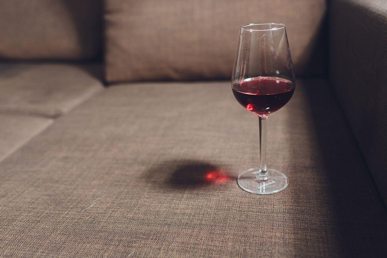 Rotweinglas auf dem Sofa