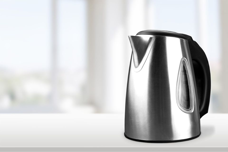 Glänzender Wasserkocher aus Edelstahl