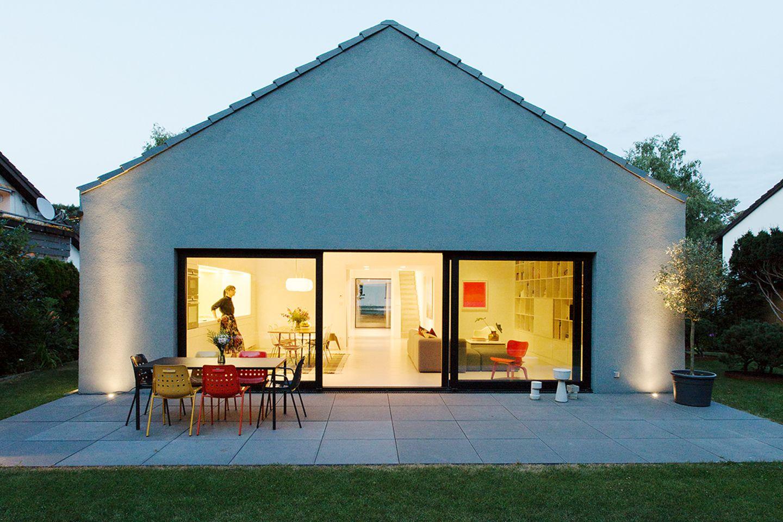 Umbau Doppelgiebelhaus: Mit Sichtachsen und minimalistisch geplant