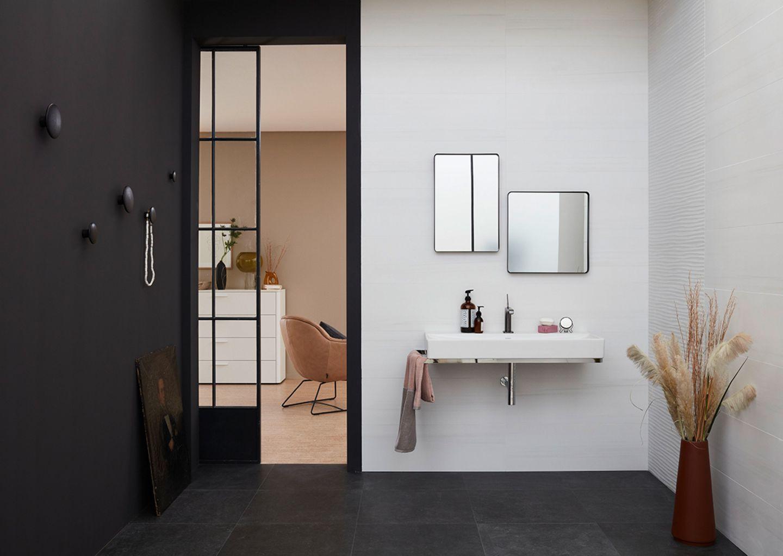 Badezimmer in schwarz und weiß