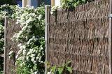 Weidenzaun als Sichtschutz mit Rosen