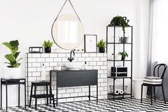schwarz-weißes Badezimmer mit Pflanzen