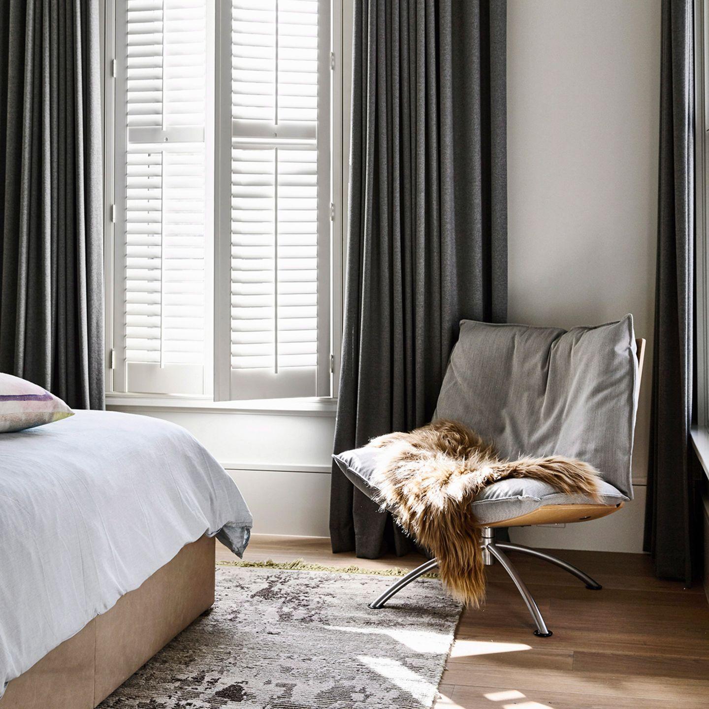 Schlafzimmer mit grauen Vorhängen