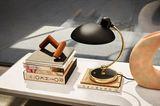 """Tischleuchte """"Kaiser Idell 6331T"""" von Fritz Hansen auf einem niedrigen Tisch"""