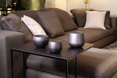 Verschiedene Bedufter von Stadler Form auf einem Beistelltisch neben einem Sofa