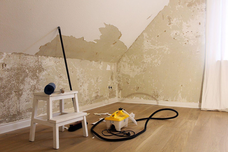 Tapete entfernen - das nötige Werkzeug: Dampfgerät, Spachtel, Müllsäcke und Besen