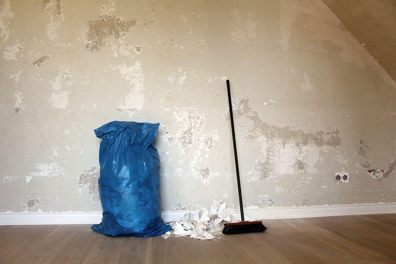 Tapete entfernen - Müll beseitigen