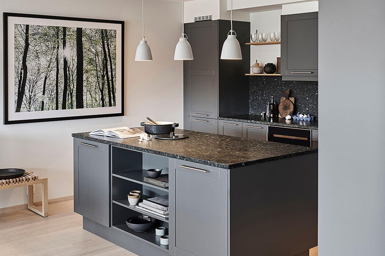 Kleine Küche in Anthrazit mit Arbeitsplatte von Lundh