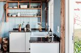 Kleine Küche in Weiß mit Arbeitsplatte aus Stein