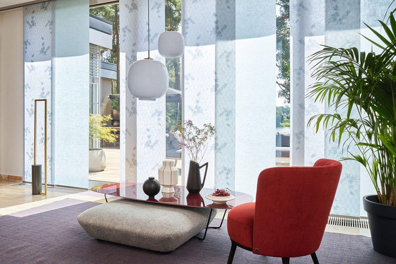 """Paneele """"Haiku Shadow"""" sorgen für Sicht- und Sonnenschutz in einem hellen Wohnzimmer"""