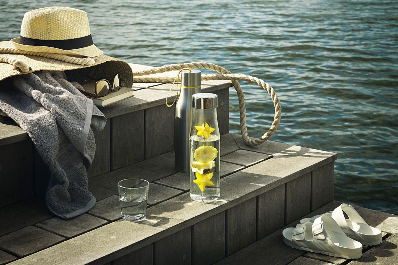 """Karaffe """"MyFlavour"""" von Eva Solo auf einem Holzsteg am Wasser"""
