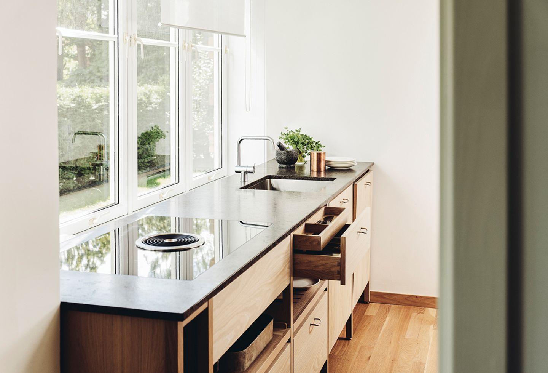 Küche mit Holzfronten und einer Arbeitsplatte aus Stein
