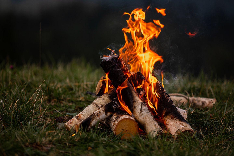 Offenes Lagerfeuer auf einer Wiese