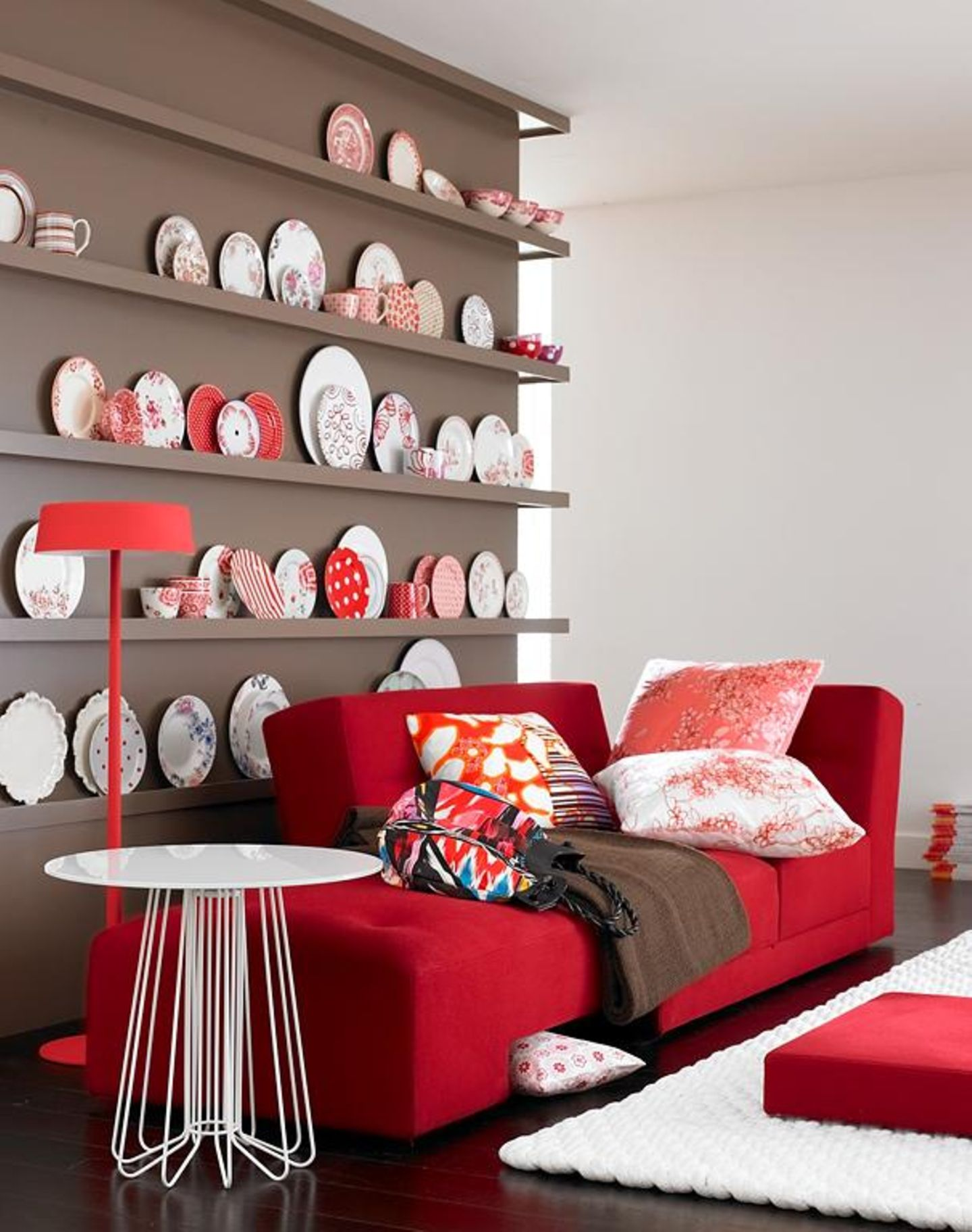 Taupe mit Rot und Weiß