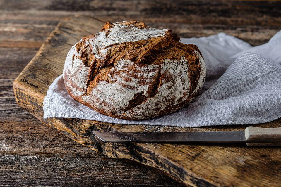 Frisch gebackenes Brot auf einem Holzbrett