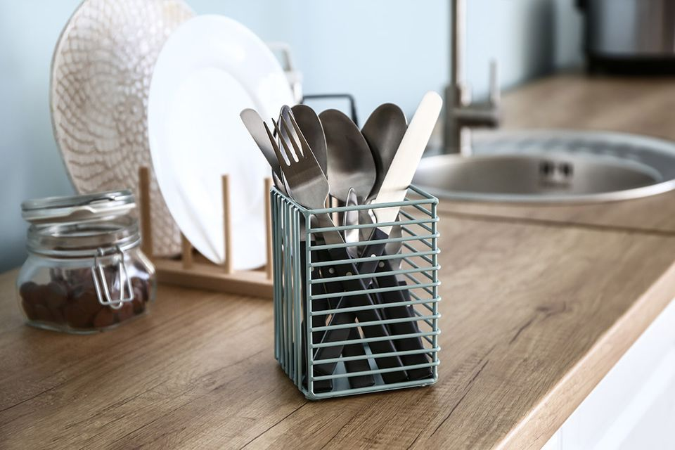 Gefüllter Besteckkorb auf einer Küchenarbeitsplatte