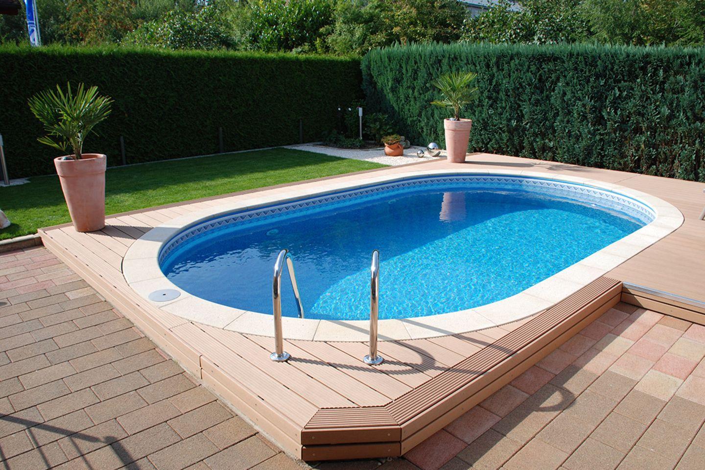 Ovaler Swimmingpool im Garten