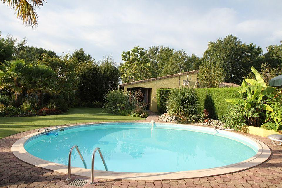 Runder Swimmingpool im Garten